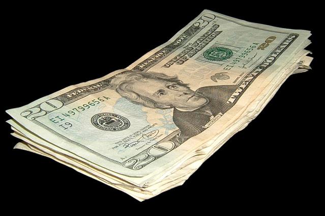 bankovky na sobě na černém pozadí